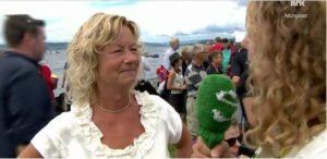Dirigent Inger-Pernille Stramrud intervjues av NRK. Foto NRK.