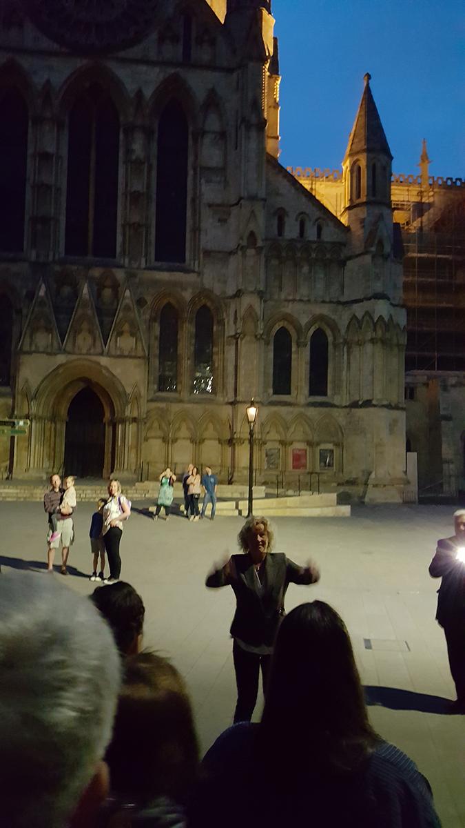 Spontankonsert utenfor den enorme katedralen i York, like før midnatt... etter en times