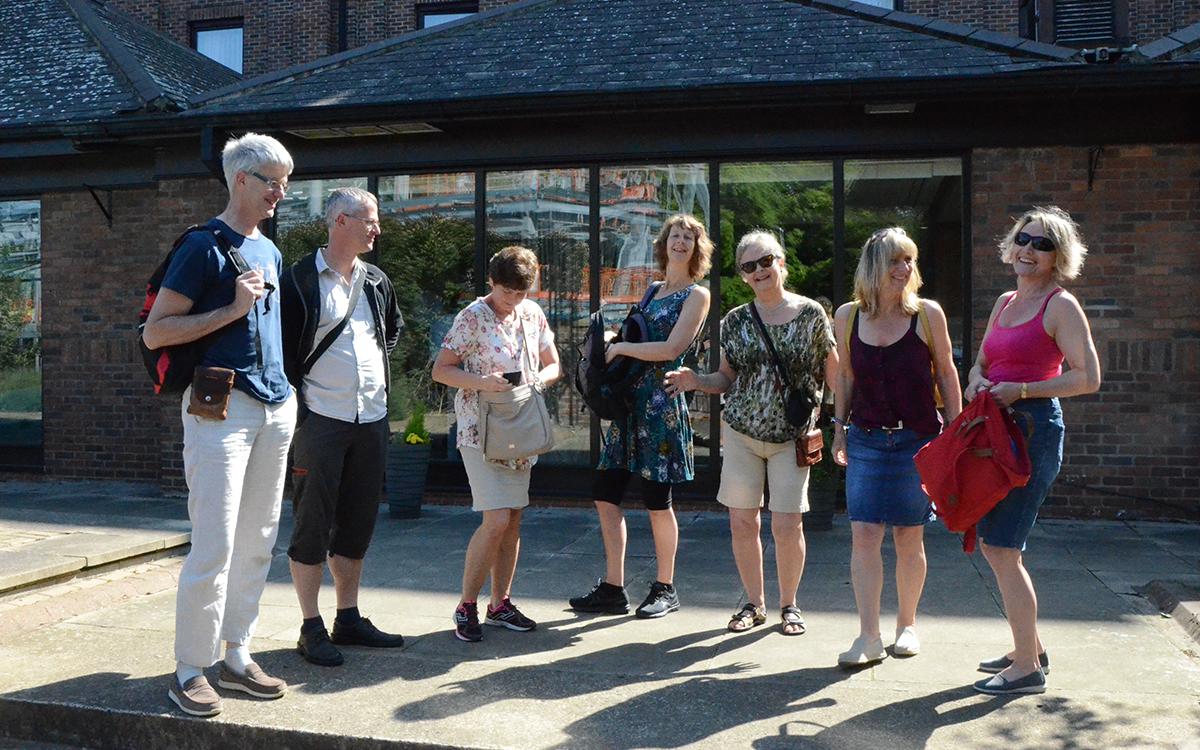 Blide solheimkorister klar for nye pplevelser utenfor Novotel hotell i den gamle vikingbyen.