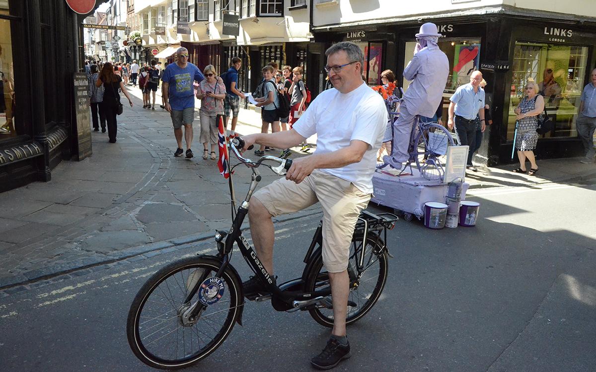 Full rulle. Olav på innleid sykkel for anledningen.
