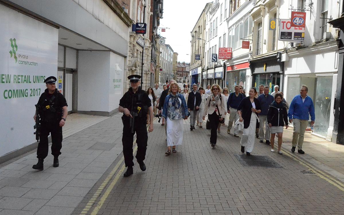 Politi med maskinpistol fulgte oss til fredelig søndagsmesse.