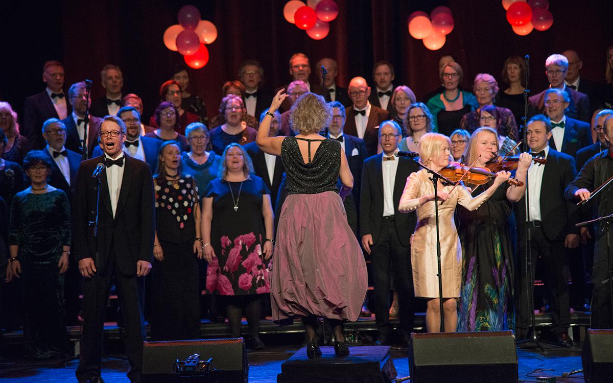 Knut-Erling Røhnebæk, jubileumsgeneral og solist i «Gloria» fra gammeldansmessa «Vindens hjul» sammen med koret og Dalakopa.