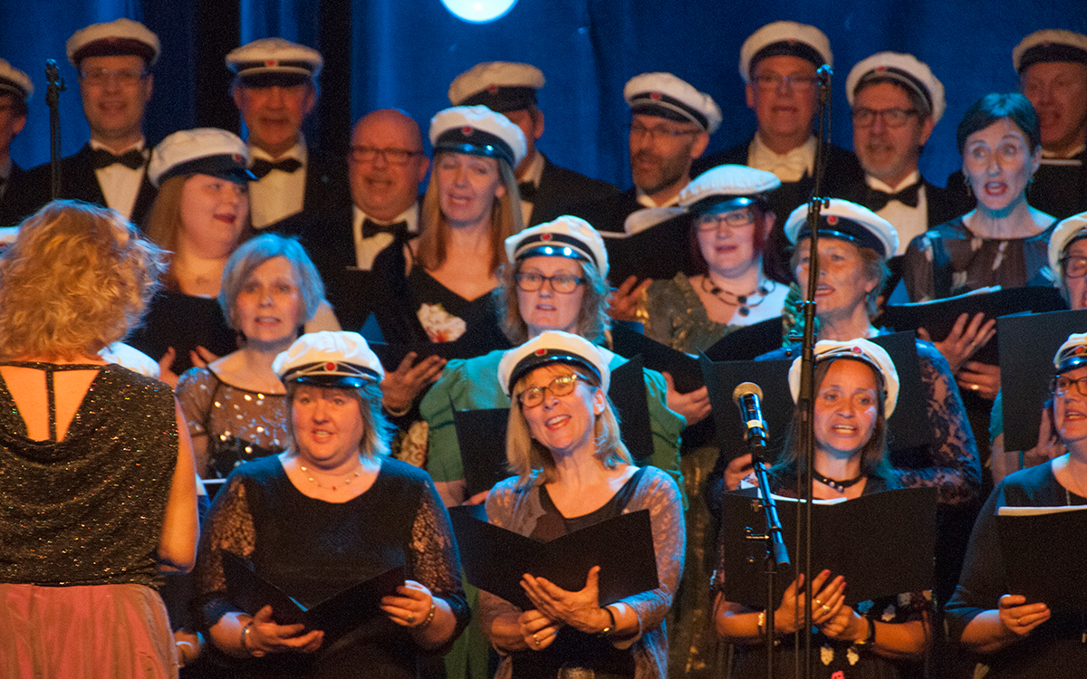 Solheimkorets 50-års jubileumskonsert begynte med smakebiter på kjente sanger....