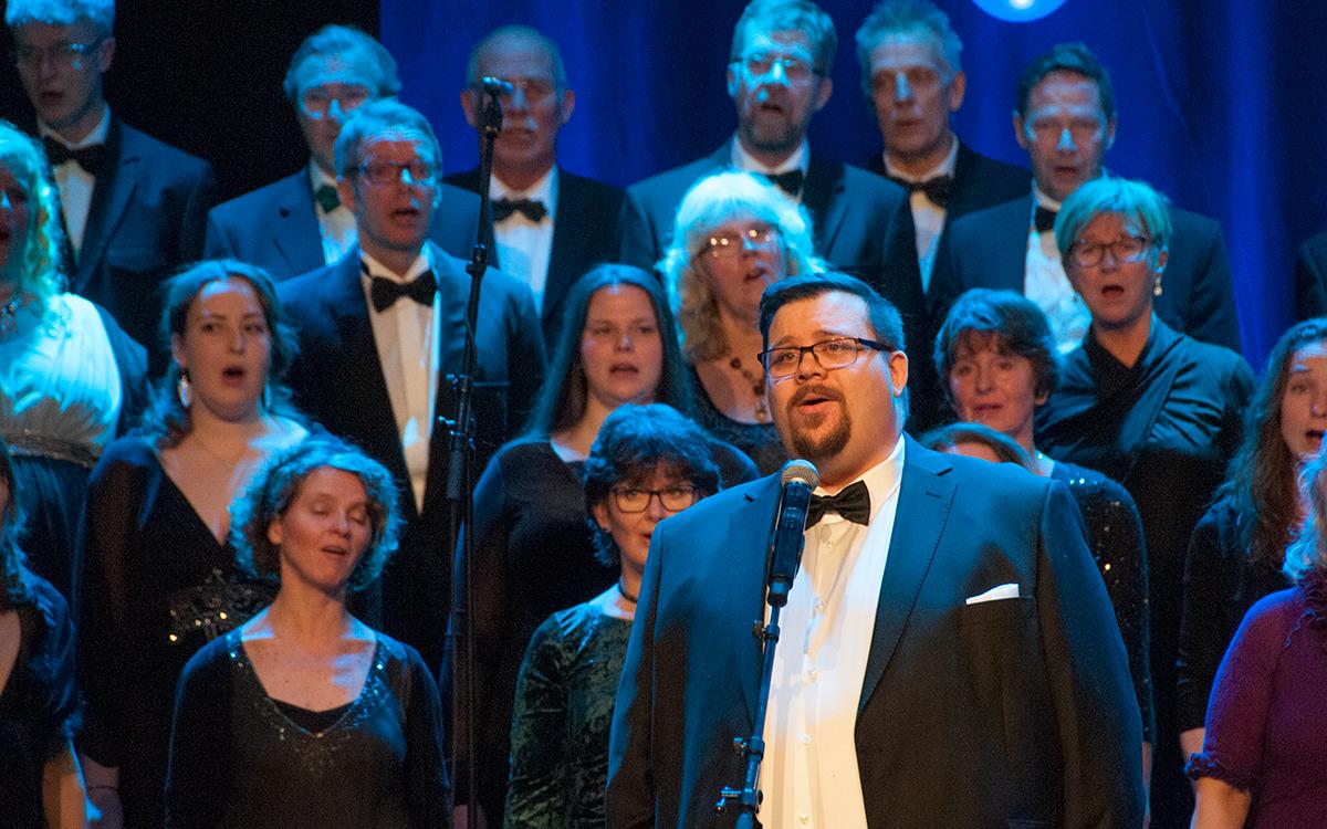 Marius Grønstad Andrå, solist i «Västanvind» av Taube. «...västanvind och flickor kan ingen lita på.»