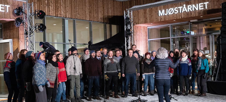 Solheimkoret var med og åpnet Mjøstårnet 15. mars 2019. Foto: Ringsaker kommune